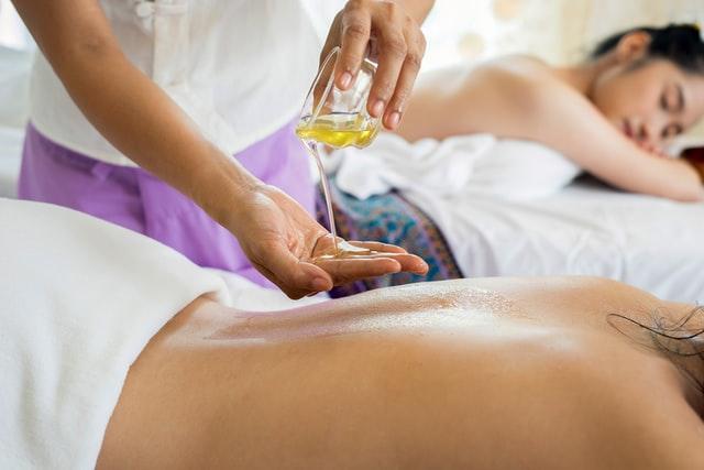 massage-huiles-essentielles-lumbago